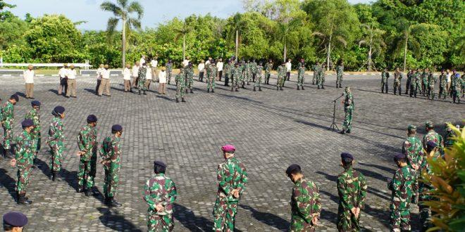 Foto Asintel Danlantamal IV memberikan pengarahqn kepada Prajurit dan PNS Danlantamal IV di Mako Lantamal IV Tanjungpinang