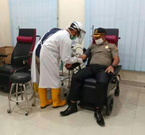 Foto Dandung Putut Wibowo sedang mendonorkan darahnya di PMI Peovinsi Kepei