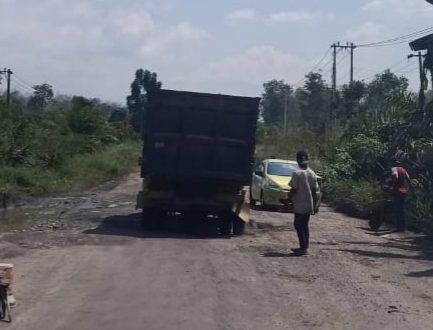 Foto jalan lintas Sumatra yang rusak