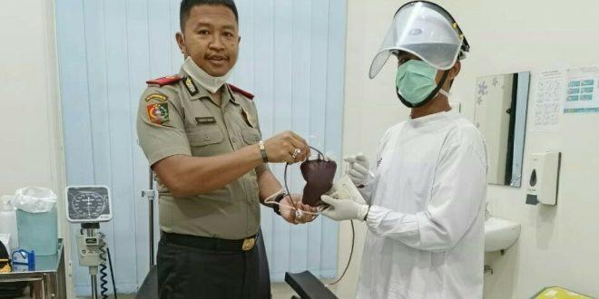 Foto Dandung Putut Wibowo mendonorkan darahnya di PMI Kepei