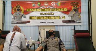 Foto personil Polres Bintan sedang mendonorkan darahnya di RSUD Ahmad Tabib di Km8 Tanjungpinang