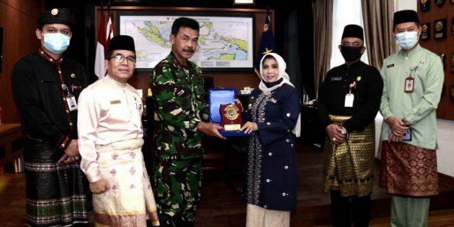 Danlantamal IV serahkan Plakat kepada Plt Walikota Tanjungpinang saat kunjungan kerja ke Mako Lantamql IV