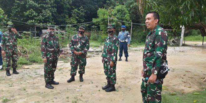 Foto wadan Kodiklatal bersama pejabat Lantqmal IV meninjau lokasi untuk pembangunan pendidikan dan latihan Marinir di Tanjung Uban