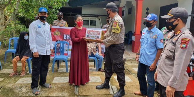 Foto jajaran Polres Bintan saat membagikan paket sembako